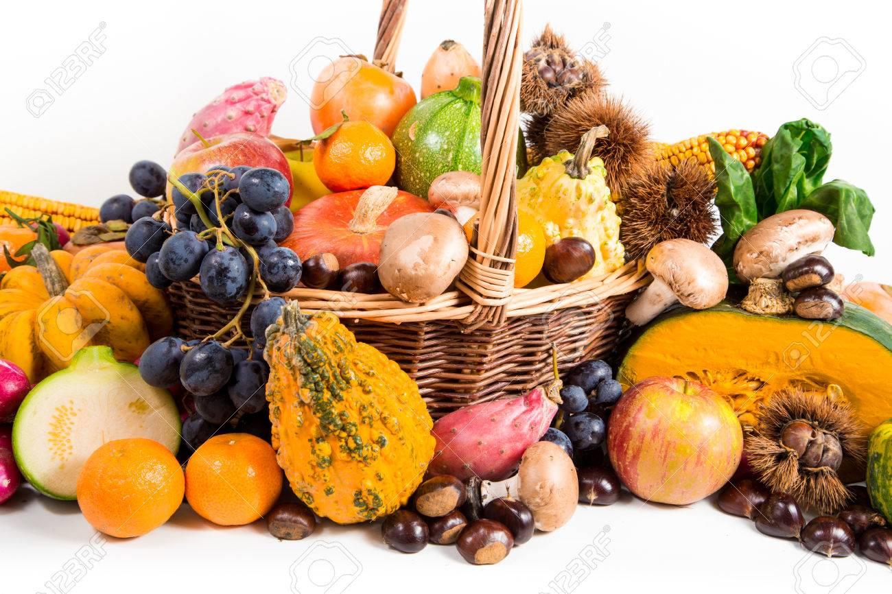 Herbsternte Frischen Herbst Fruchte Und Gemuse Auf Weidenkorb Auf