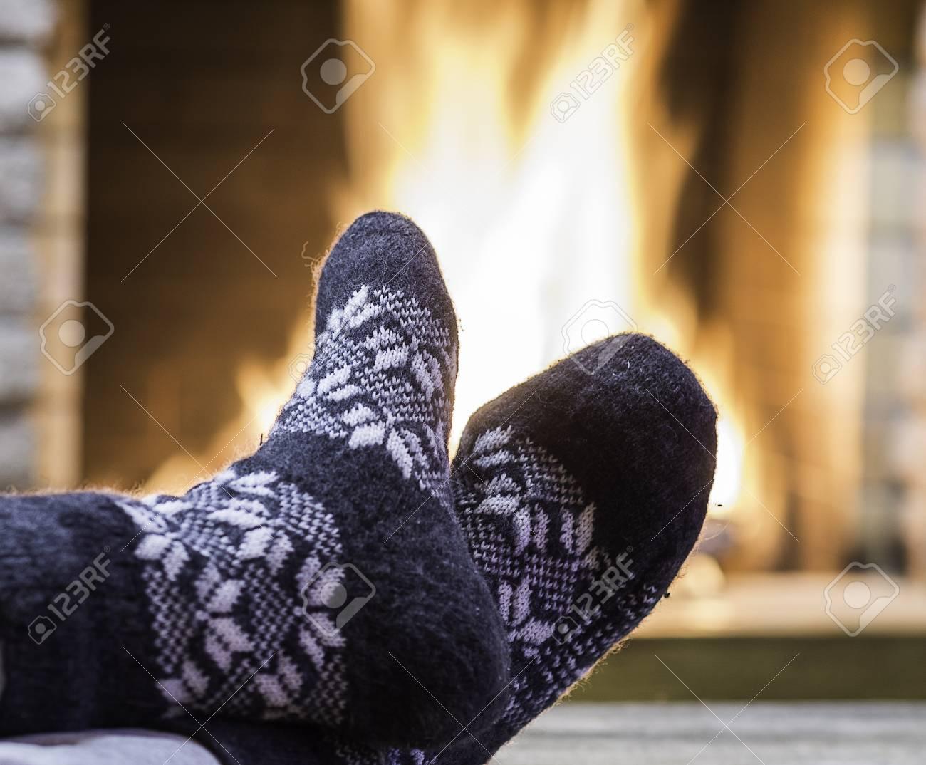 7b2154f82bb Banque d images - Pieds d homme en jolies chaussettes grises