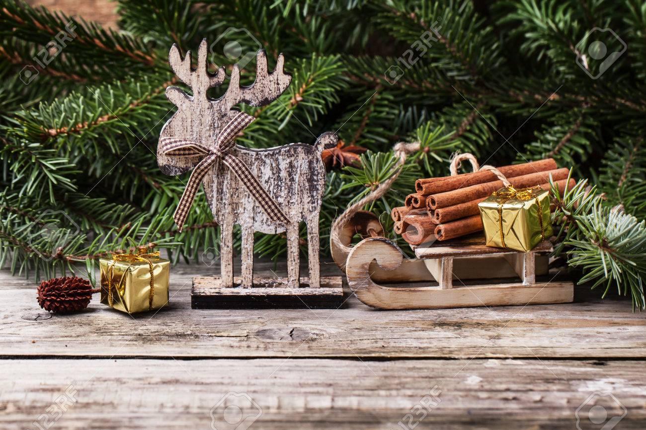 Regali Di Natale In Legno.Cartolina Di Natale Con I Cervi Di Legno Slitta Cannella E Regali Di Natale Piu Vecchio Fondo Di Legno