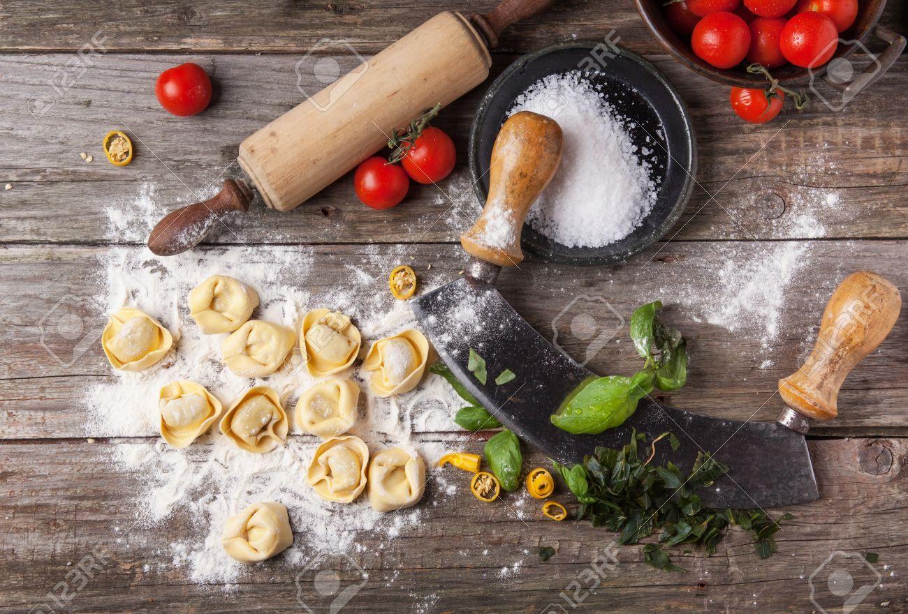 Bovenaanzicht op zelfgemaakte ravioli op oude houten tafel met ...