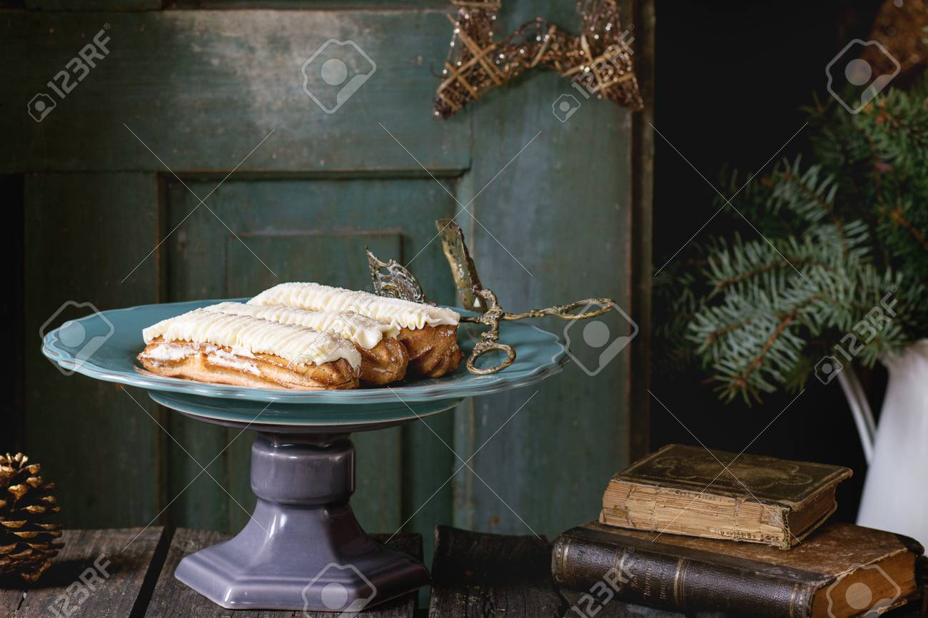 Grote Houten Sterren.Oude Houten Kerst Tafel Met Grote Plaat Van Boter Creme Eclairs