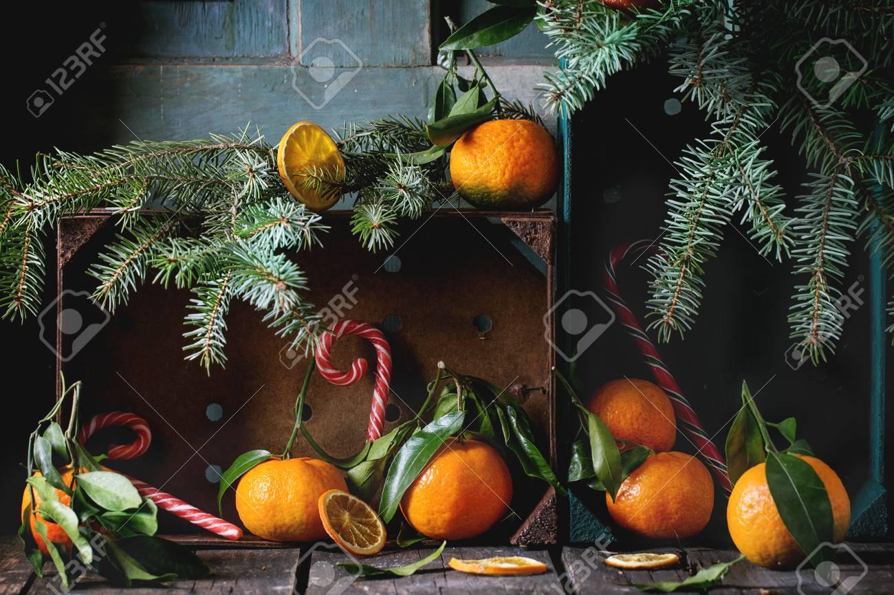 Mandarinen Mit Blättern In Weihnachtsdekor Mit Weihnachtsbaum ...