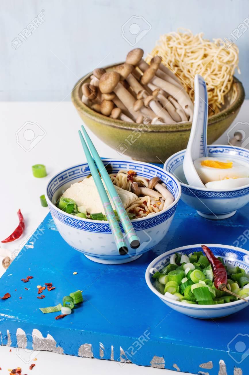 Tazón De Porcelana China De Sopa De Ramen Asiática Con Queso Feta ...