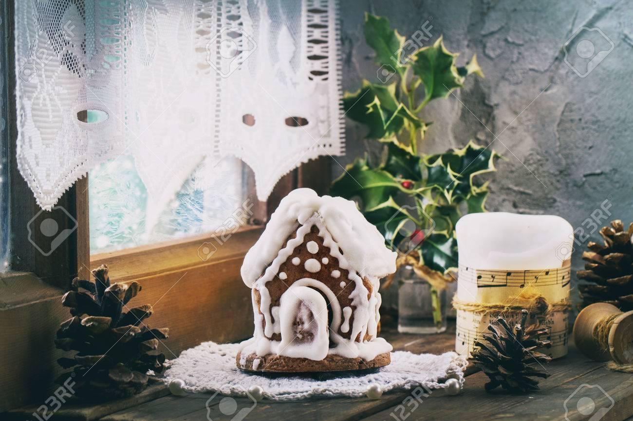 petite main fait maison en pain d'épice, bougie et festif décoration