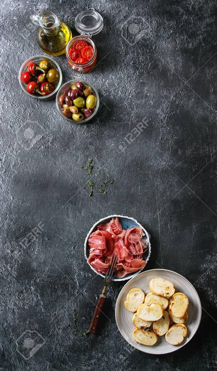 Ingredientes Para Hacer Tapas O Bruschetta Pan Crujiente Prosciutto Del Jamón Tomates Secados Al Sol Aceite De Oliva Aceitunas Pimienta Verdes