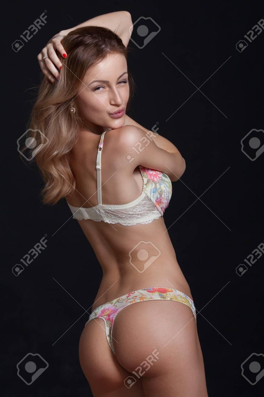 precio competitivo a3c0a e531c Sexy mujer rubia atractiva posando en lencería elegante. Estudio de  disparo. Chica con el pelo largo. Gran culo Sobre fondo negro.