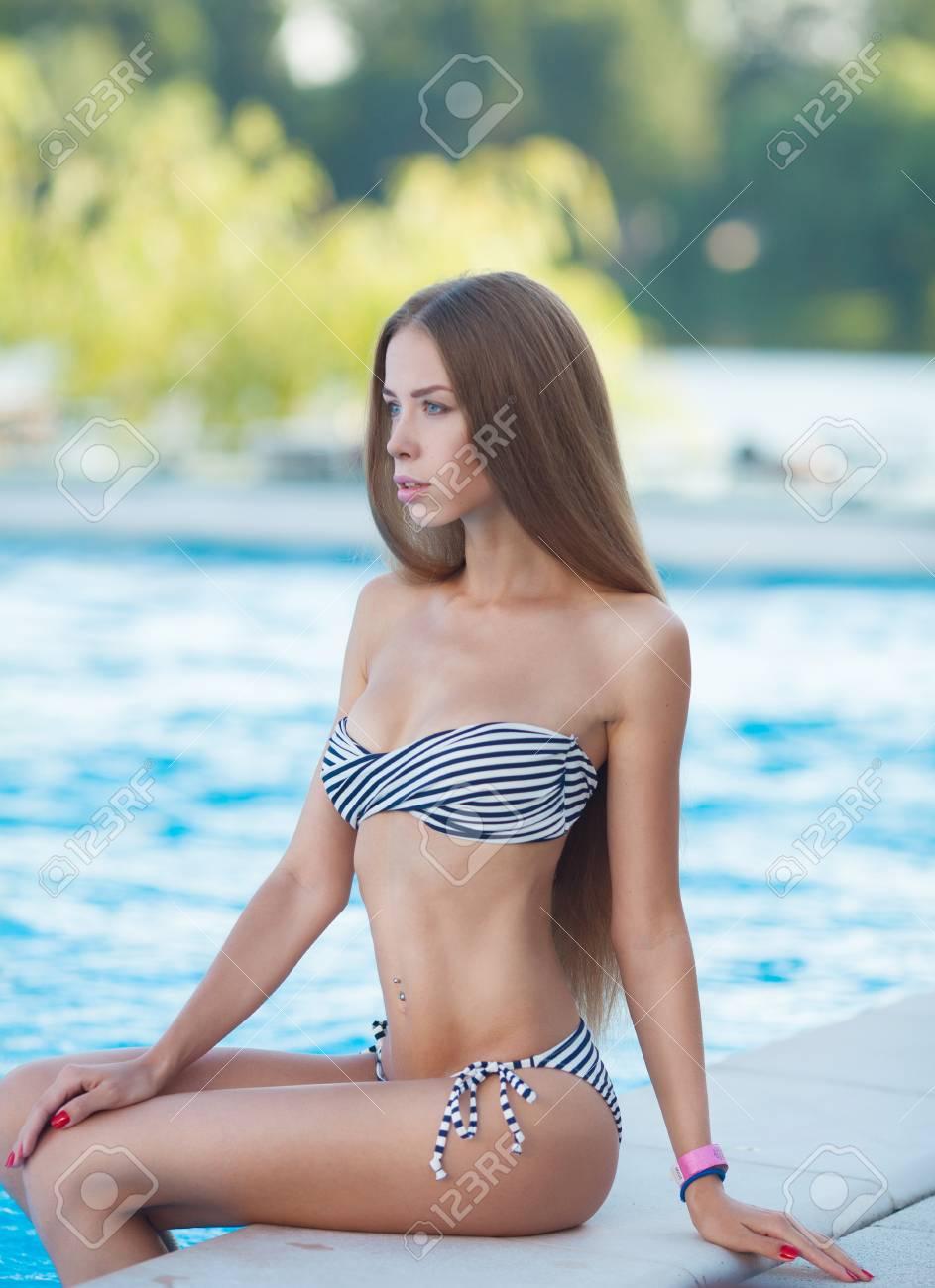 Portrait d une belle femme sortant d une piscine. beau modèle de femme 7fa36741228