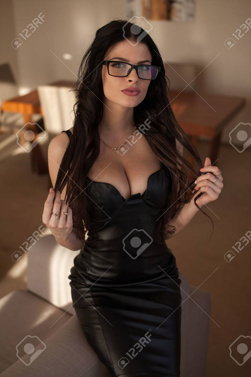 brunette, die auf schwarze blogs