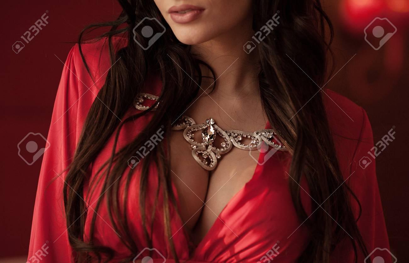 Schone Modische Frau Im Roten Kleid Grosse Bruste Lizenzfreie Fotos