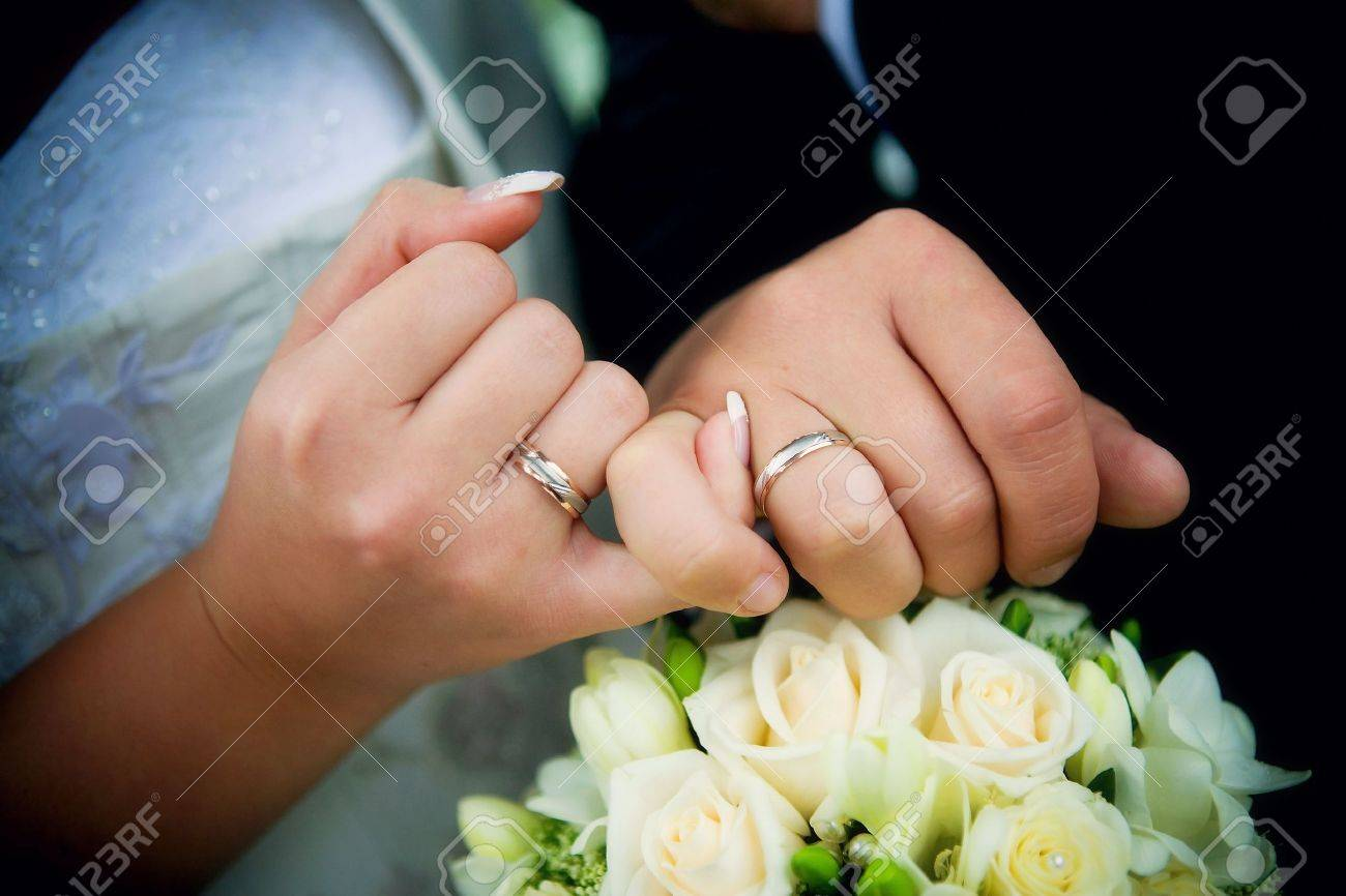 wedding ring hand hands with rings and wedding bouquet