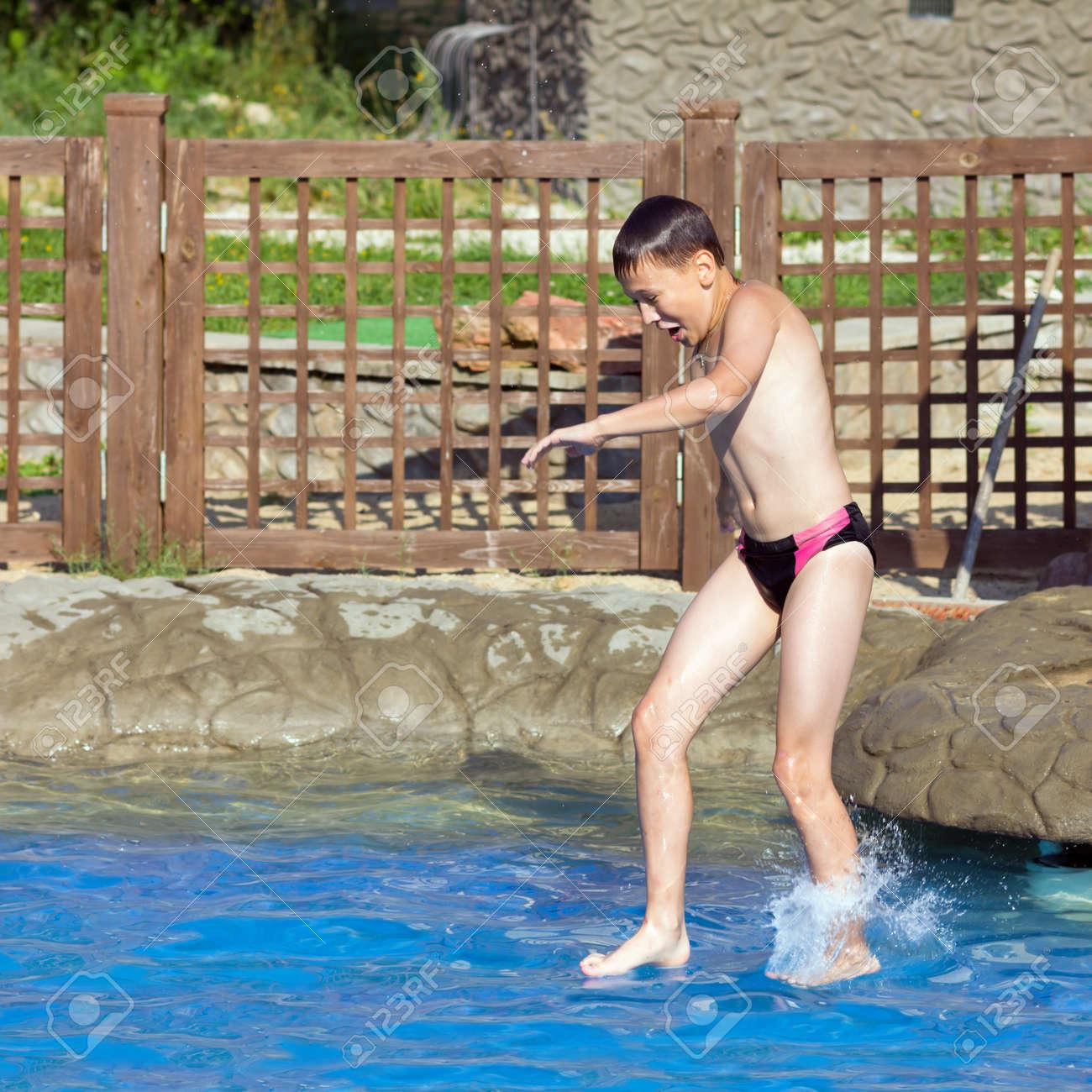 С мальчиком у бассейна 26 фотография
