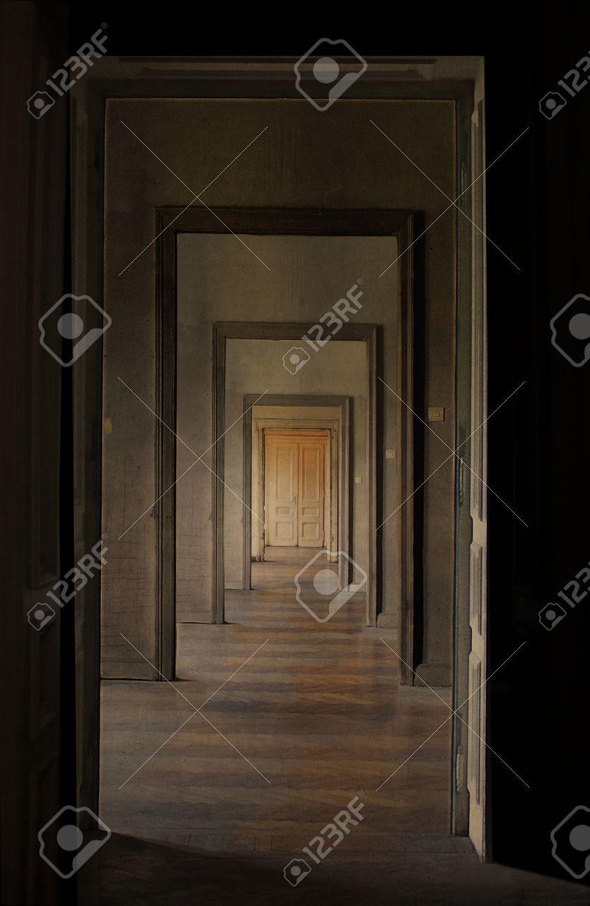 Banque Du0027images   Porte Fermée à La Fin Du Couloir, Rite De Passage Concept  De Perspective Linéaire à Travers Plusieurs Portes Ouvertes Et Des Salles  Vides