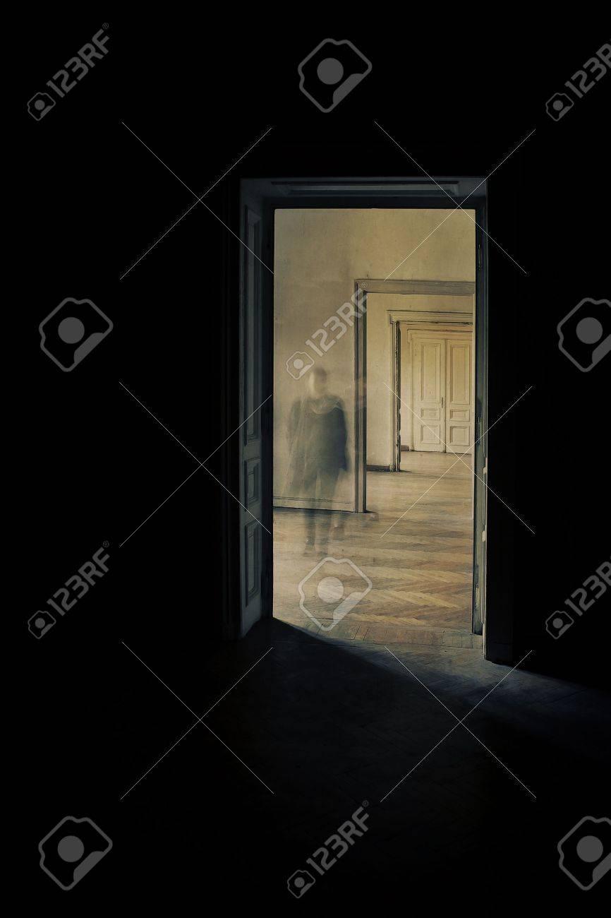 Silhouette Dans Un Couloir Approchant Porte Fermée à La Fin Du ...