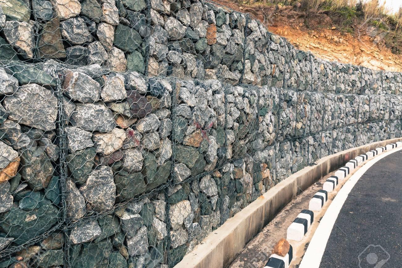 de rocas de la pared muro de gaviones de proteccin en las montaas foto