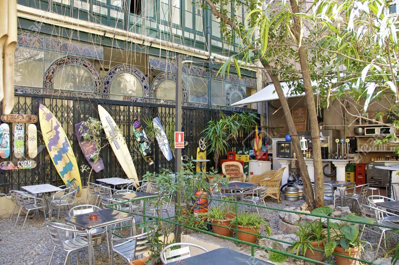 Kleines Cafe Im Hinterhof Der Altstadt Von Barcelona Lizenzfreie