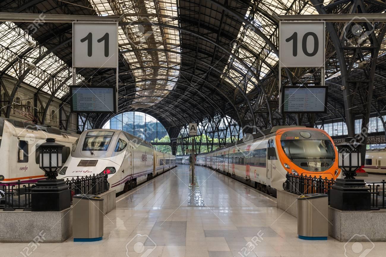 Trenes En La Plataforma Estacio De Franca En Barcelona La Estacion De Francia Es Una Importante Estacion Ferroviaria Y La Segunda Estacion Mas