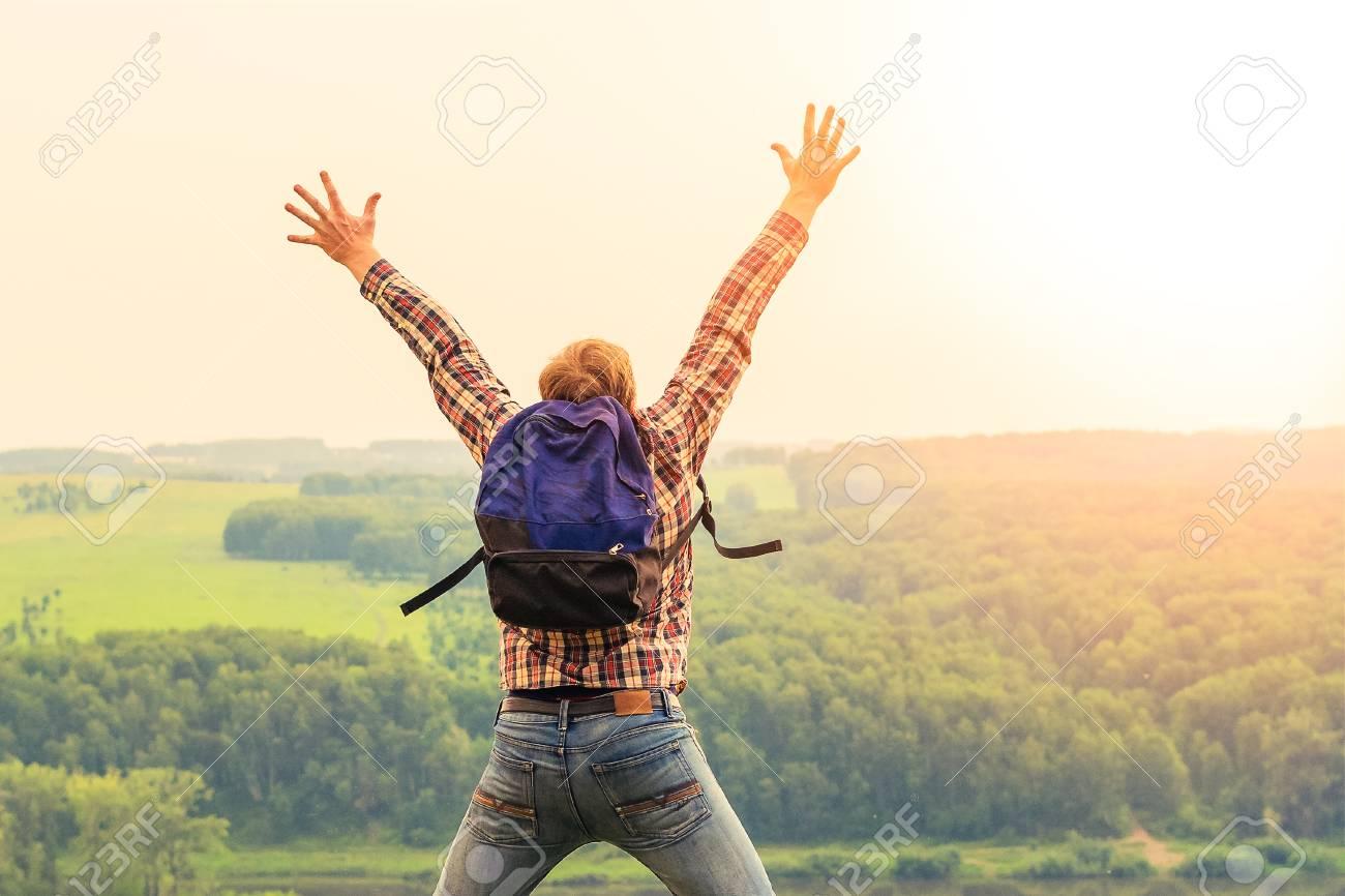 e1b60b858 El Hombre Levantó Las Manos Al Cielo. El Concepto De La Libertad Y La  Unidad Con La Naturaleza