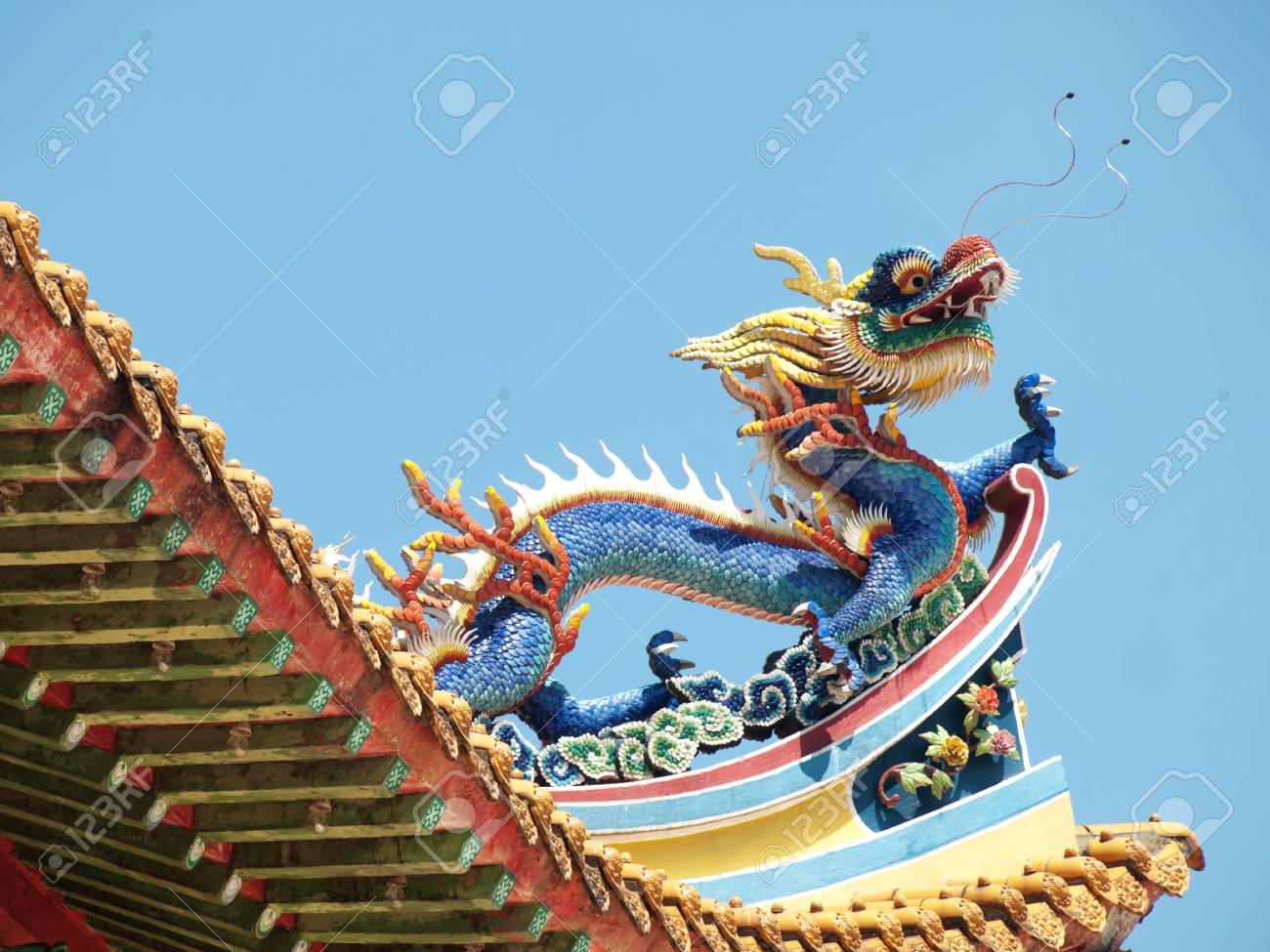 Detail of the roof of a buddist temple with a colorful dragon in Kuala Lumpur Stock Photo - 7311860
