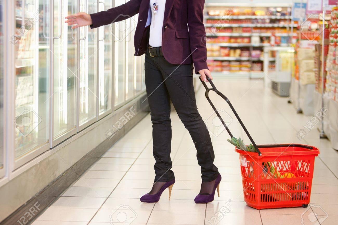Kühlschrank Korb : Niedrige abschnitt der frau vor kühlschrank mit korb im supermarkt
