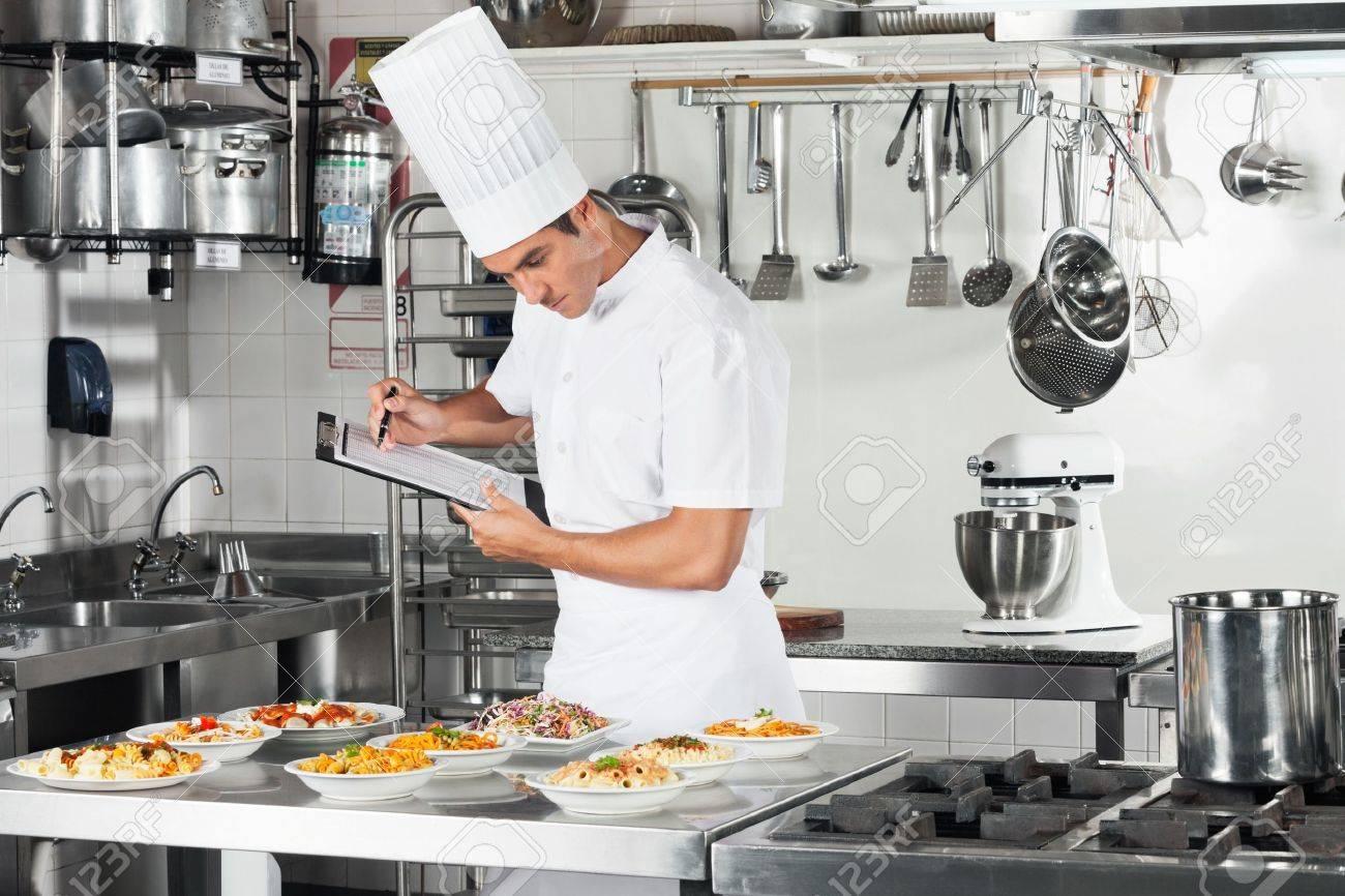 Chef Con Portapapeles Going Through Lista De Verificación De Cocina ...