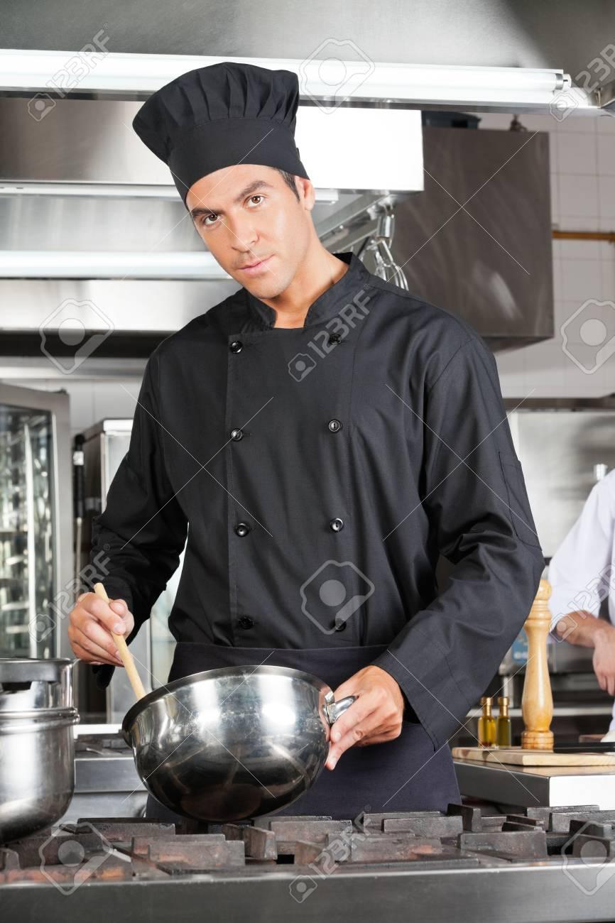 Chef Confident Preparar comida Foto de archivo - 18117922