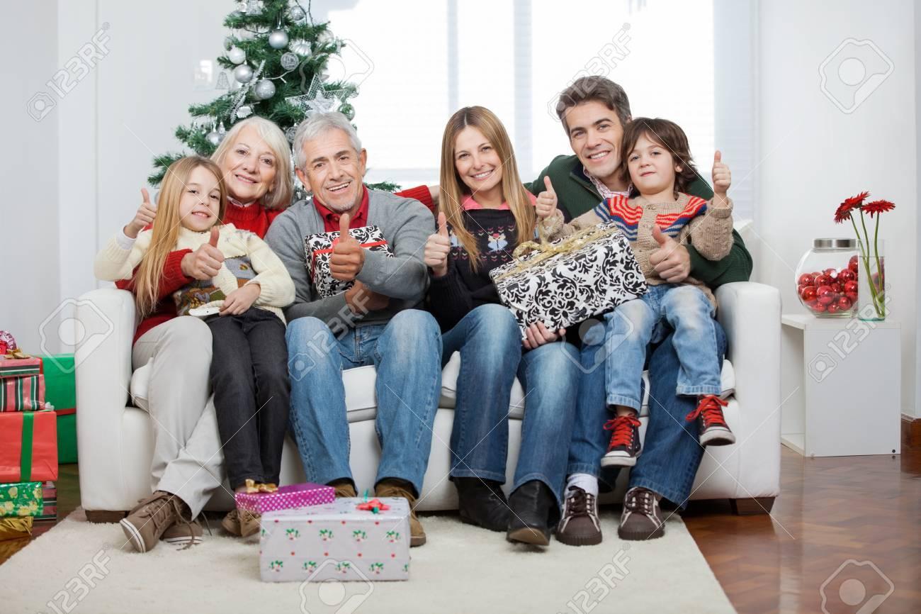 Regali Di Natale Famiglia.Full Length Ritratto Di Famiglia In Piu Generazioni Con I Regali Di Natale Seduto Sul Divano A Casa