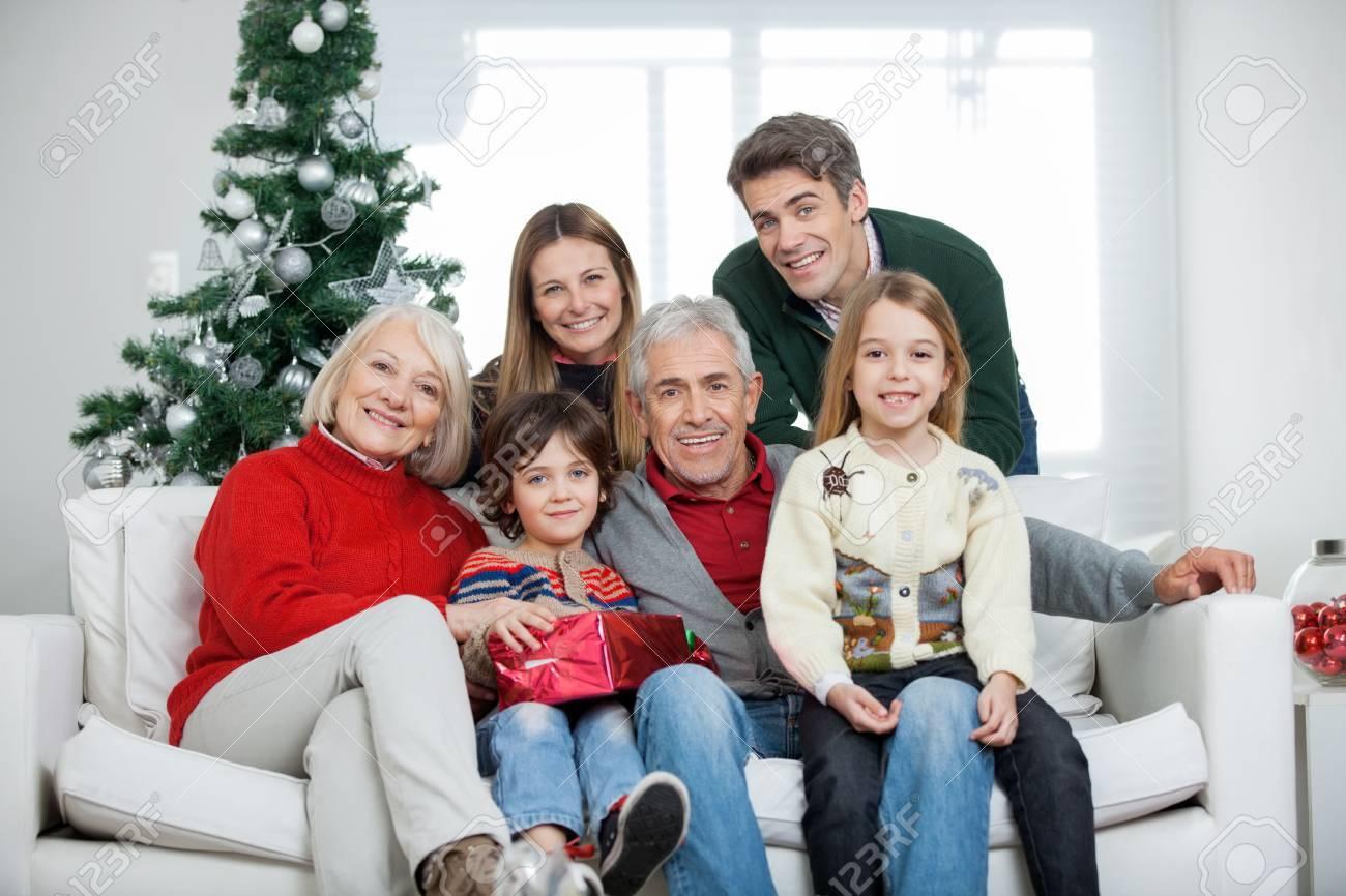 Portrait Des Glücklichen Familie Mit Mehrgenerationen ...