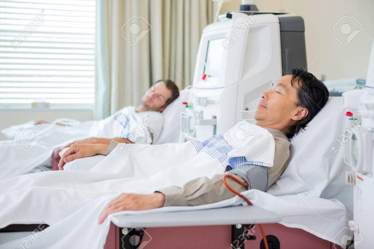 Pazienti di sesso maschile sottoposti a dialisi renale in ospedale Archivio Fotografico - 43432991
