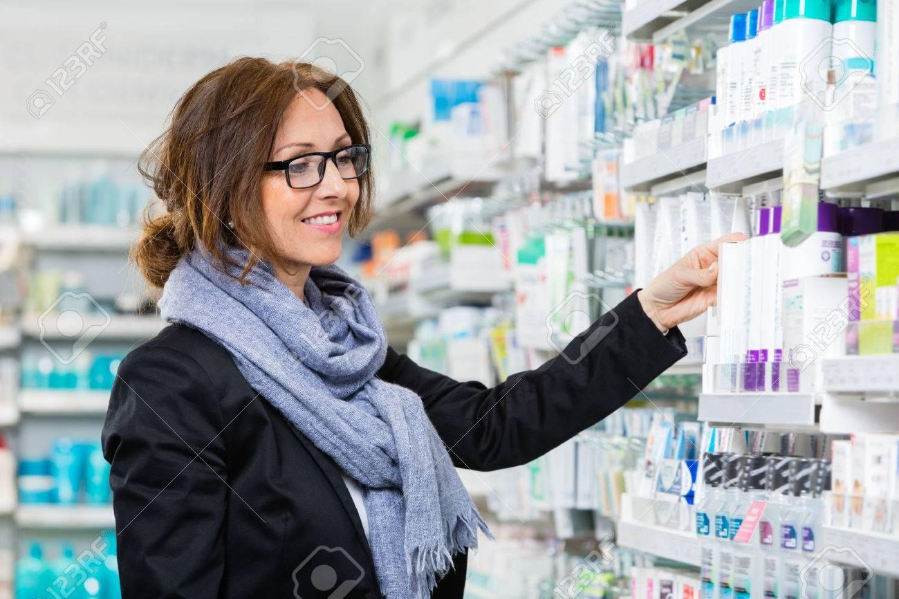 Sorridente femminile prodotto la scelta dei consumatori in farmacia Archivio Fotografico - 43648506