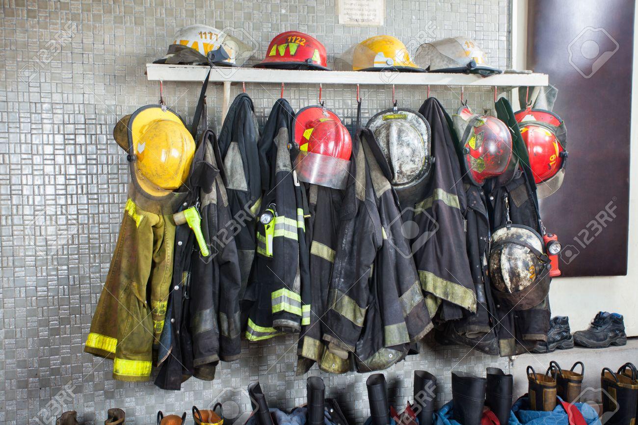 Le uniformi e gli attrezzi da vigile del fuoco disposti a caserma dei pompieri Archivio Fotografico - 44324016