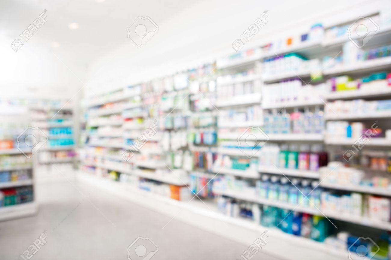 Prodotti disposti in scaffali in farmacia Archivio Fotografico - 46595023