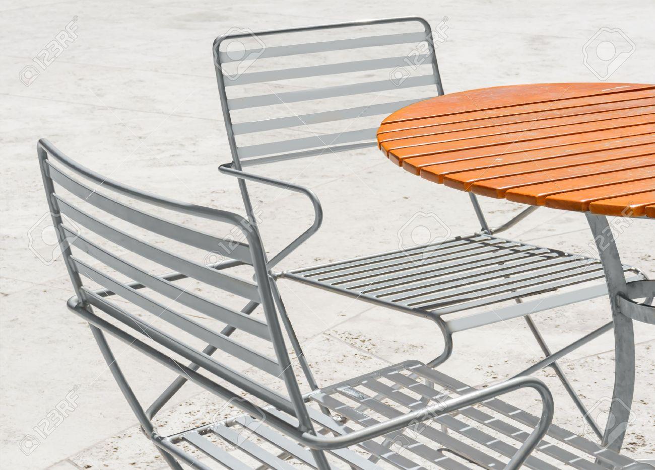 casual patio mobili, legno della plancia tavolo circolare all ... - Metallo Patio Tavolo E Sedie Rotondo