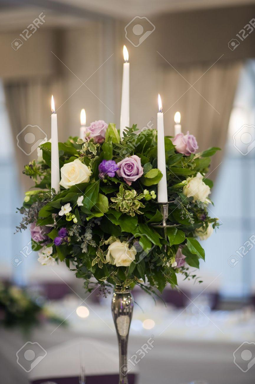 Herzstück Tischdekoration Mit Kerzen Und Blumen Standard Bild   13159466