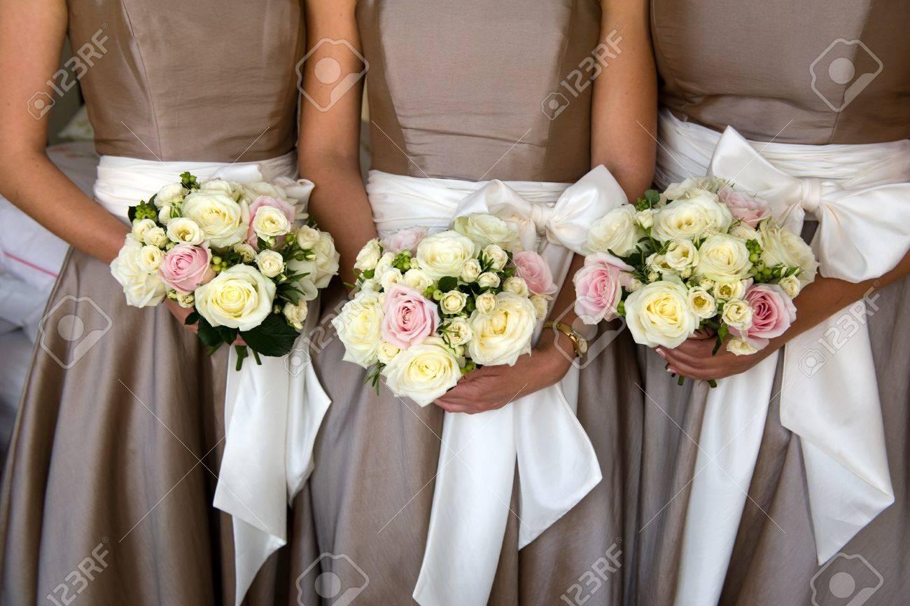 demoiselles d'honneur tenant bouquet de fleurs à un mariage banque d