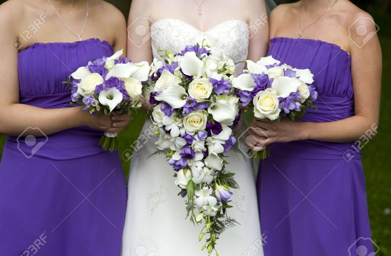 mariée et demoiselles d'honneur avec des bouquets de mariage pourpre