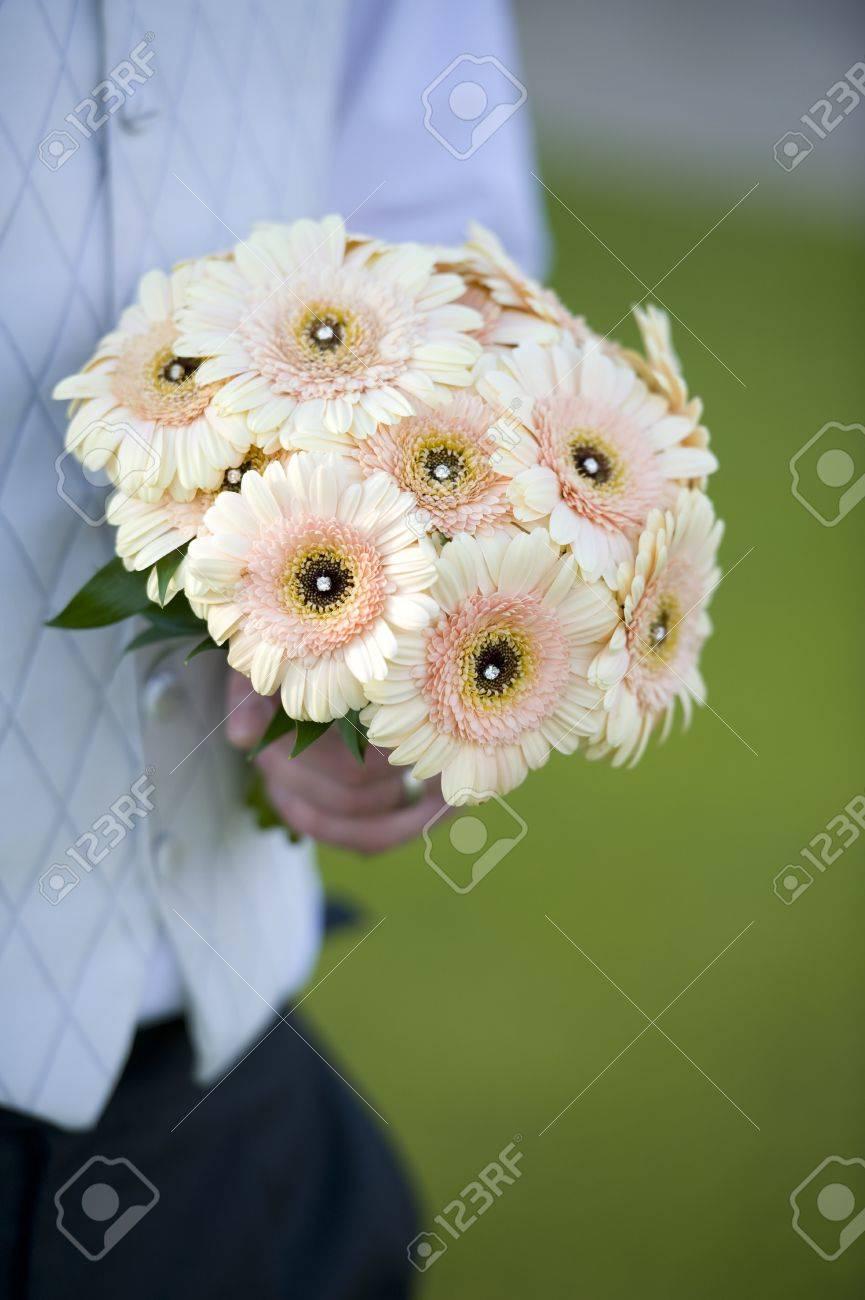 Brautigam Halt Eine Hochzeit Bouquet Von Blumen Gerbera Lizenzfreie