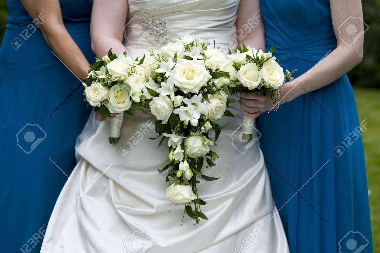 mariée et demoiselles d'honneur tenant des bouquets de mariage de