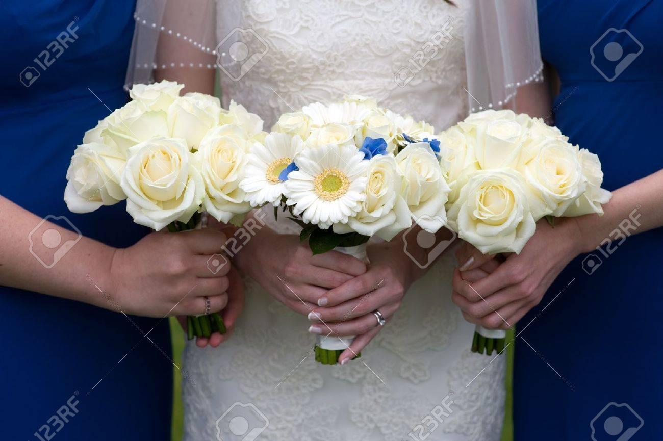 Braut Und Brautjungfern Halten Rose Und Gerbera Hochzeitsstrauss