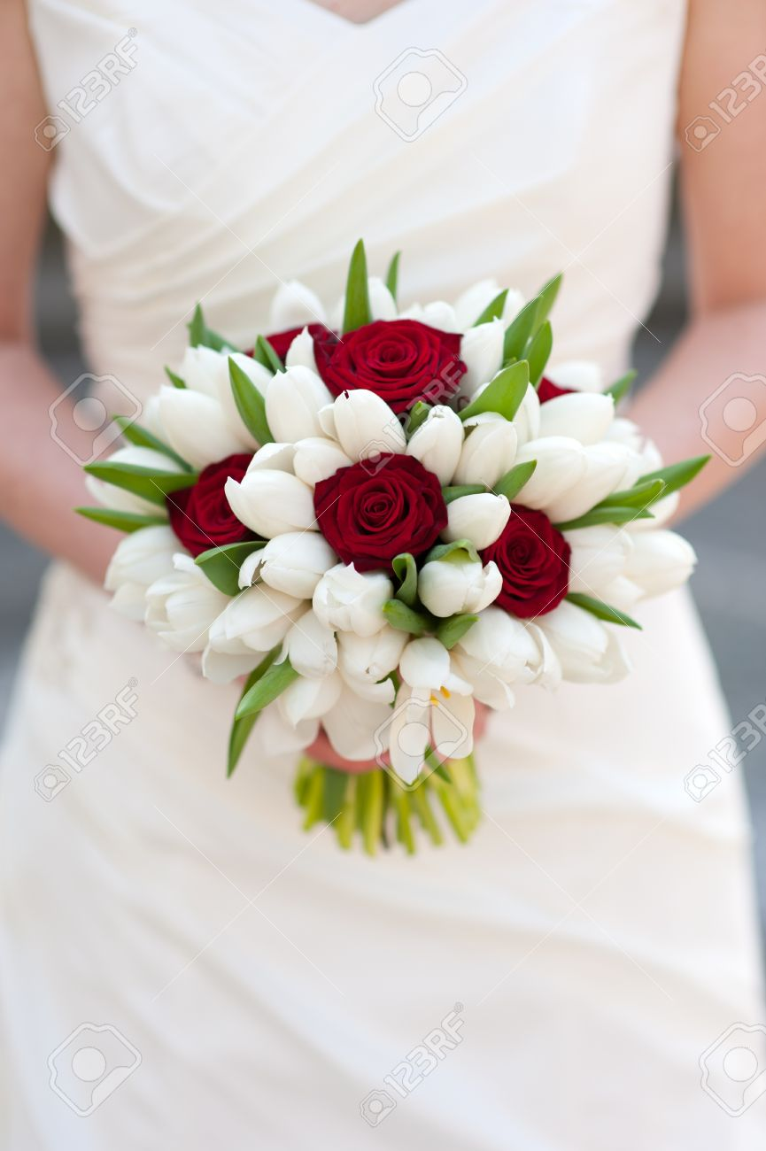 Mariee Tenue Rose Rouge Et Blanc Bouquet De Mariage De Tulipe