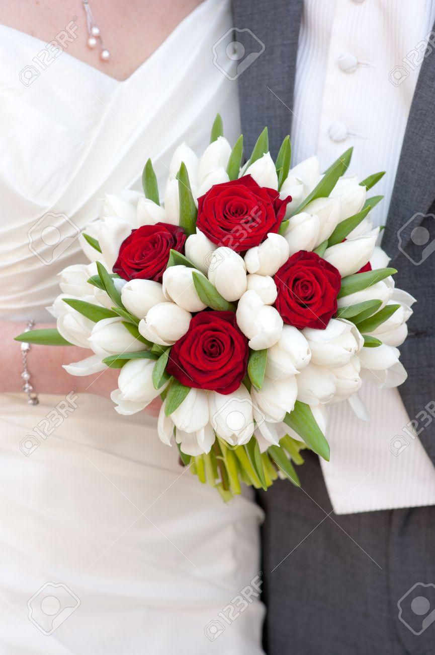 Mariee Tenue Rose Rouge Et Blanc Tulipe Bouquet De Mariage
