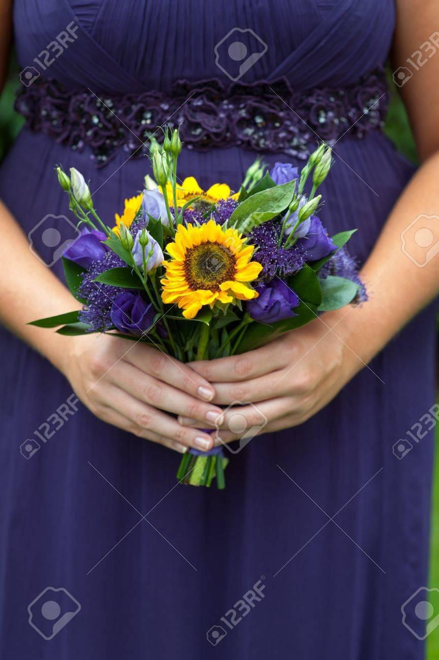 Brautjungfer In Lila Mit Sonnenblume Hochzeitsstrauss Lizenzfreie