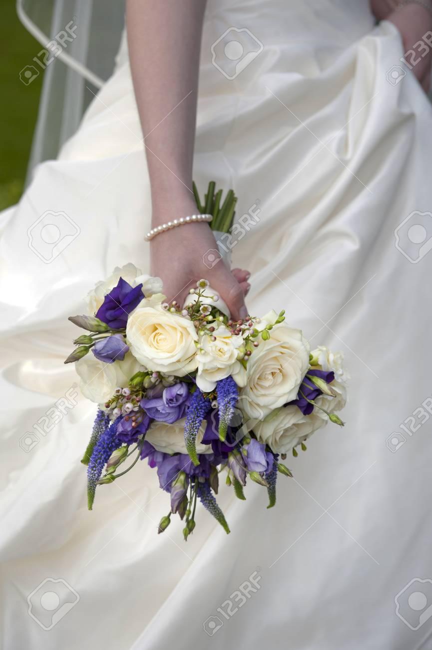 Braut Die Einen Lila Und Weisse Hochzeitsstrauss Lizenzfreie Fotos