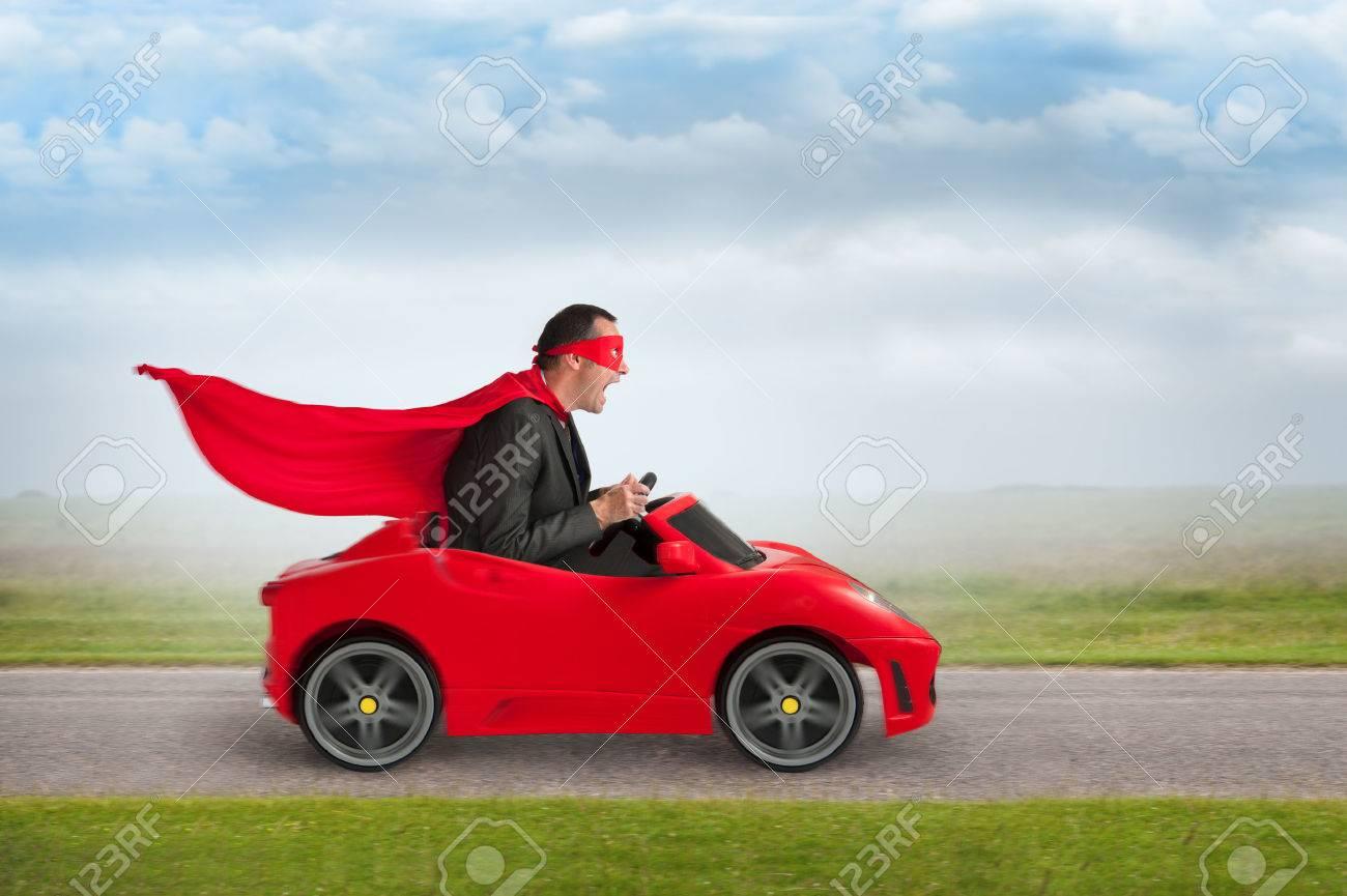 Quelle est cette couleur d`auto qui vous fait vous revirer de bord pour la regarder ? 29834018-homme-super-h-ros-volant-d-une-voiture-rouge-jouet-de-course-la-vitesse-Banque-d'images