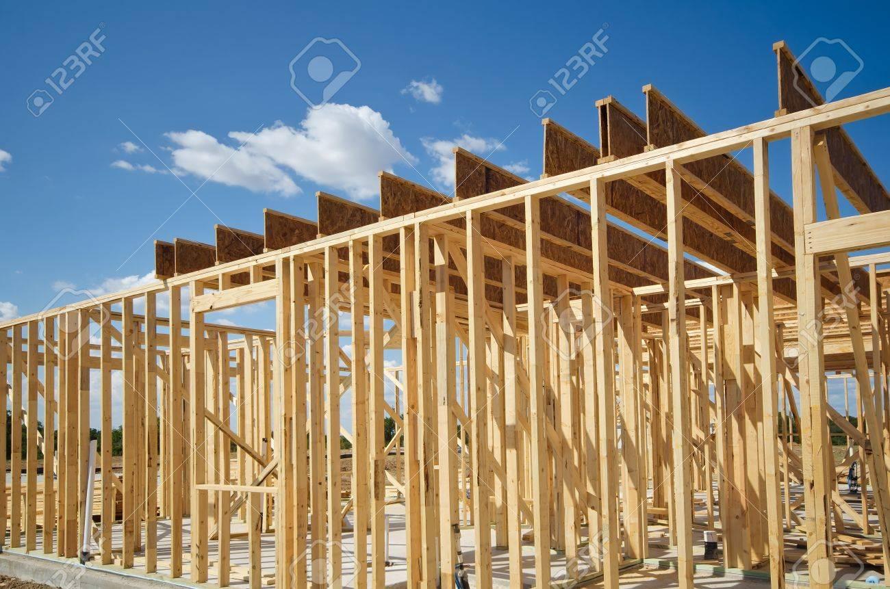 Nueva Construcción De Casa Encuadre Contra El Cielo Azul Fotos ...