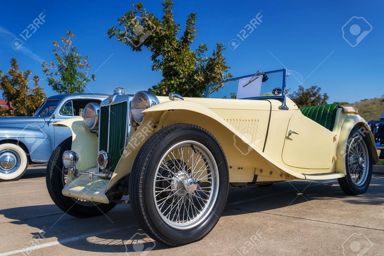 Westlake, Texas - 18 de octubre 2014: Un amarillo 1947 MG TC Roadster está  en exhibición en el cuarto Westlake anual Classic Car Show  Vista lateral