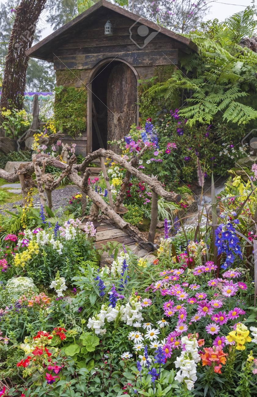 banque dimages jardin paysag dune vieille maison avec jardin fleuri - Jardin Fleuri