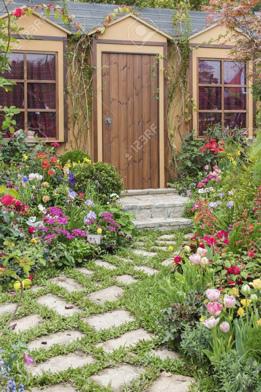 Paysager En Arriere Cour De Maison Avec Jardin Fleuri Banque D