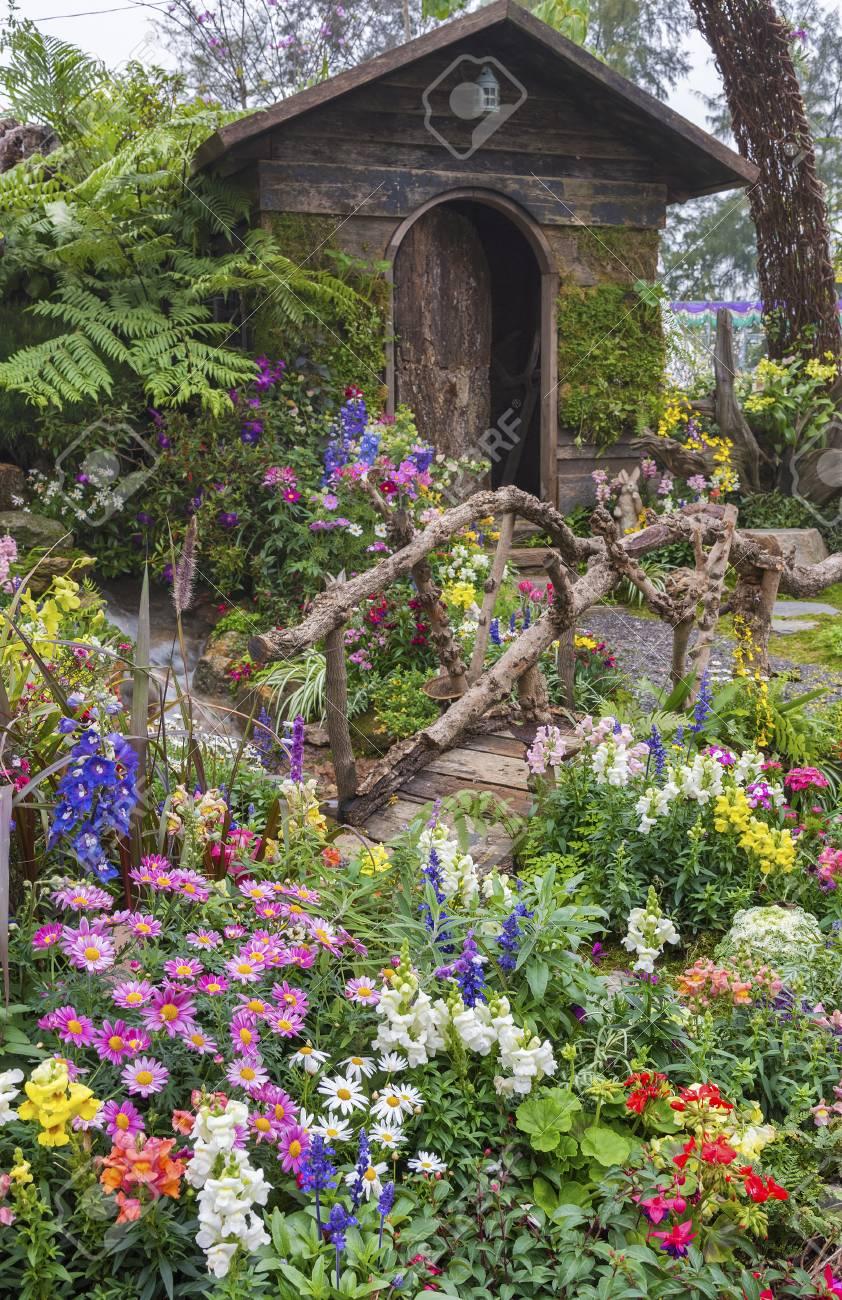 Jardin Paysage D Une Vieille Maison Avec Jardin Fleuri Banque D