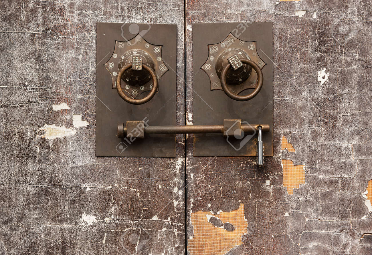 Traditional Chinese bronze handle on brown door. Oriental architecture background - 171284002