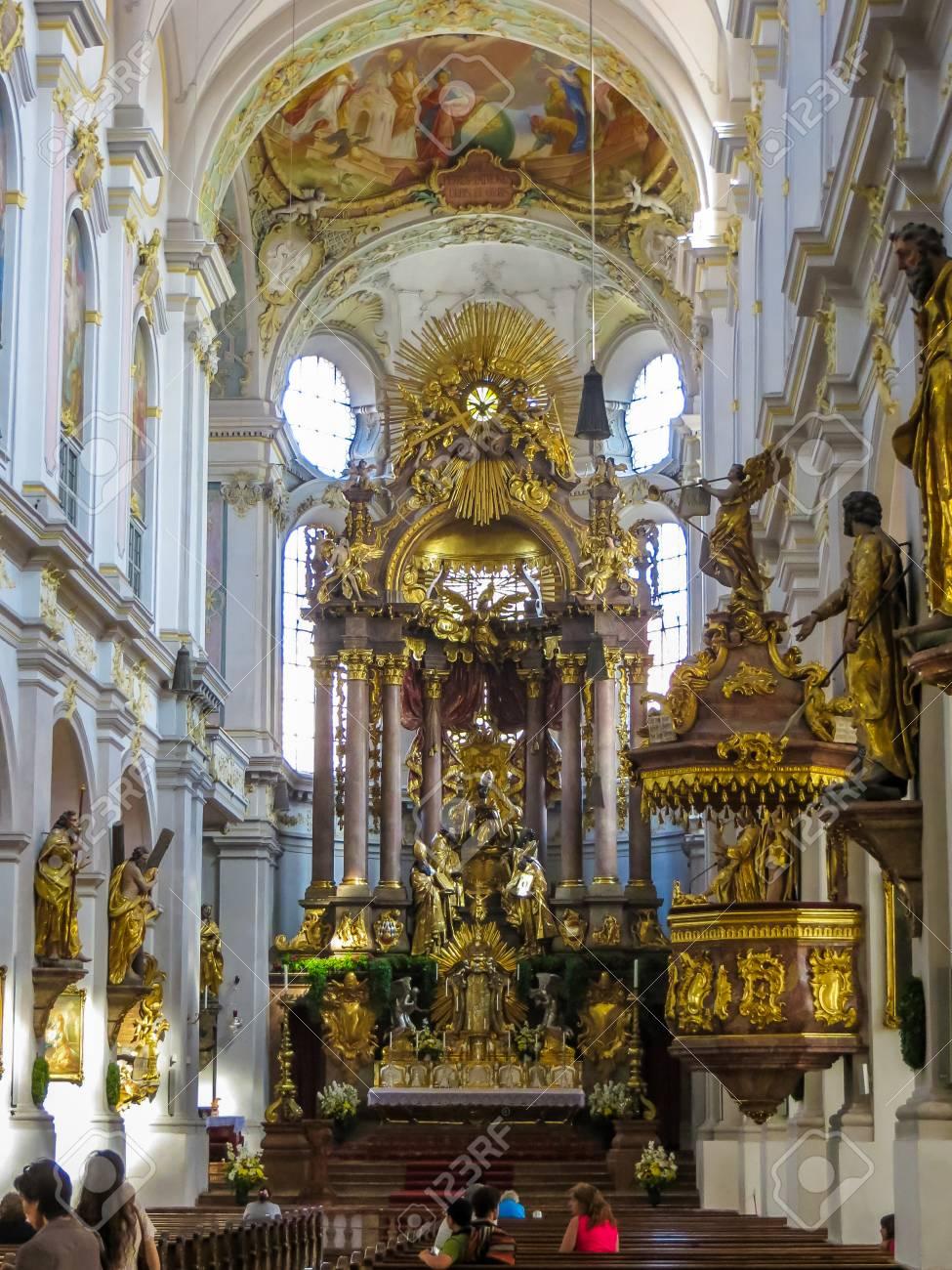 https://previews.123rf.com/images/legacy1995/legacy19951703/legacy1995170300421/73625762-munich-allemagne-st-peters-baroque-main-altar-int%C3%A9rieur.jpg